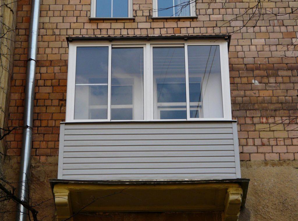 """Остекление балконов и лоджий в хрущевке с крышей в москве """" ."""