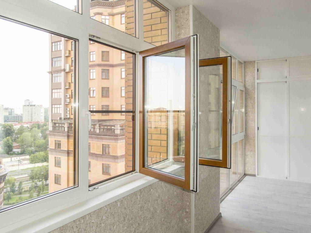 """Застеклить балкон пластиковыми окнами """" цена в москве на ост."""