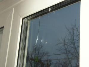 Скол из-под штапика на окне ПВХ