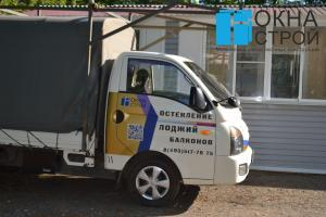 Грузовик для вывоза мусора компании ОКНА-СТРОЙ
