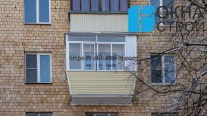 Холодное выносное остекление балкона в сталинке с встроенной мебелью и утеплением